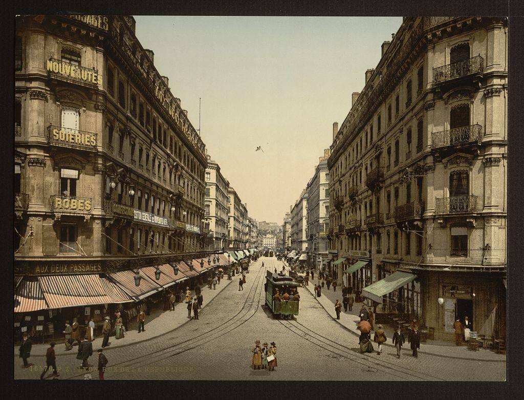 > Rue de la République, l'une des rues les plus emblématiques de Lyon. Le tramway a disparu, la rue est piétonne. Les parasols des magasins n'existent plus, les cafés y sont rares, les franchises ne plus en plus nombreuses et sans charme.