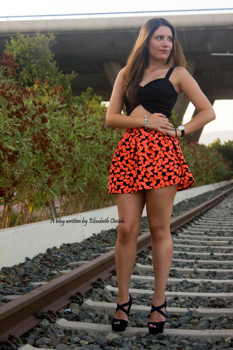 falda estampado flúor tacones negros marypaz heelsandroses elisabeth oviedo blogger barcelona malagueña (5)