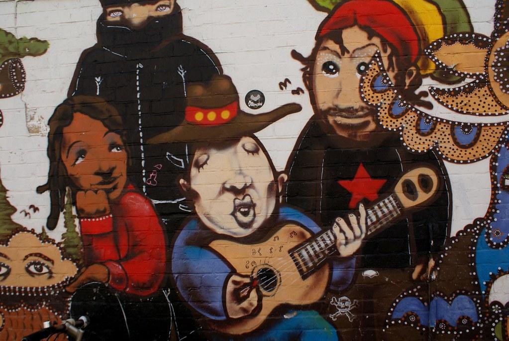 Numéro de charme et instant musicale sur un mur de Christiania.