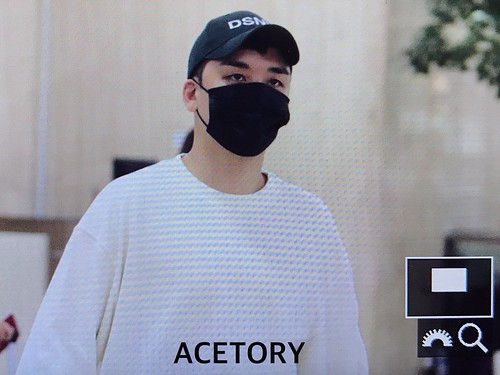Seungri arrival in Seoul form Japan 2017-09-22 (2)