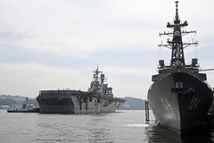 USS Bonhomme Richard (LHD 6) passes Japan Maritime Self-Defense Force destroyer JS Kirisame (DD 104) upon its return to Sasebo, Sept. 25. (U.S. Navy/MC1 David R. Krigbaum)