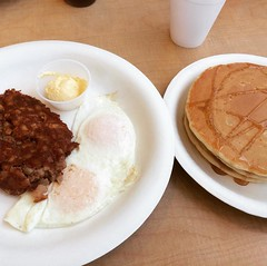 breakfast #1 : corned beef hash, over easy eggs & pancakes❤︎ #koapancakehouse #aiea #hawaii