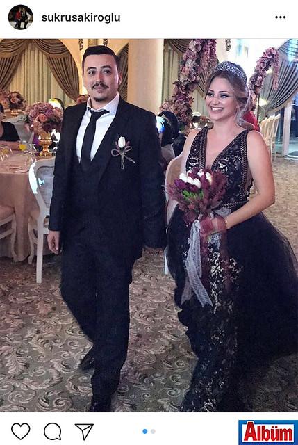 Şükrü Şakiroğlu nişanlısı Çisel Günbatı ile evlilik yolundaki ilk adımı attıkları nişan törenlerinden bu fotoğrafı.