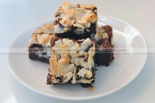 Brownie com cobertura de fitas de coco