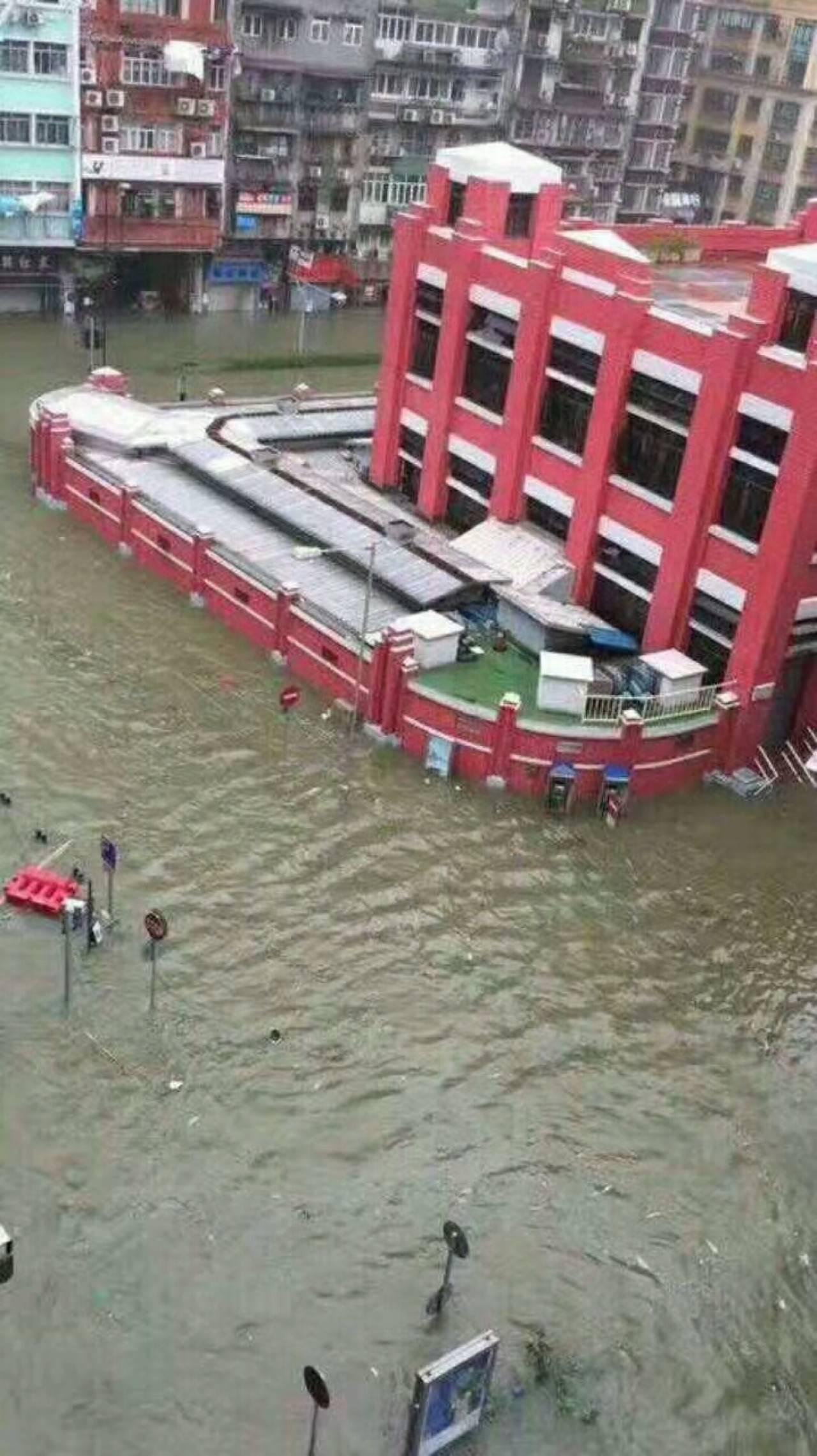 建於1936年、被列入澳門文物名錄上的街市建築的紅街市亦受大雨淹浸。(澳門特約記者攝)