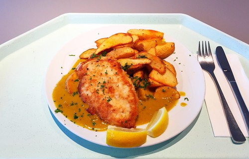 Crispy chicken breast with curry sauce & country potatoes / Hähnchenbrust in der Knusperpanade mit Currysoße & Country Potatoes