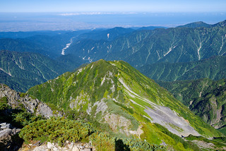 2600mのピークと背後の富山湾