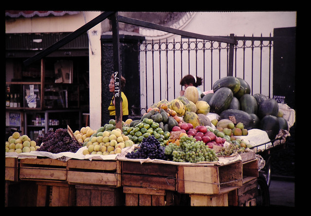 Photo:マーケットの果物(モモ,リンゴ,パパイヤ,ブドー,スイカ,ミカン,ウリ,サボテンの実..中がドロドロ) By JIRCAS