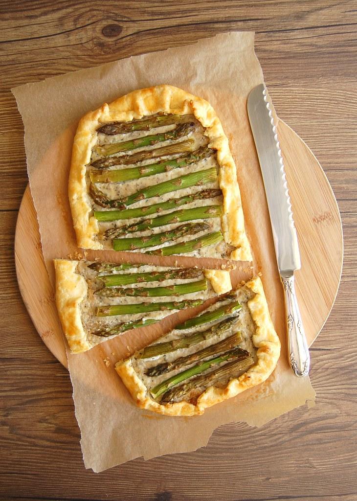 Asparagus and gorgonzola galette with corn flour pastry / Galette de aspargo e gorgonzola com massa de fubá