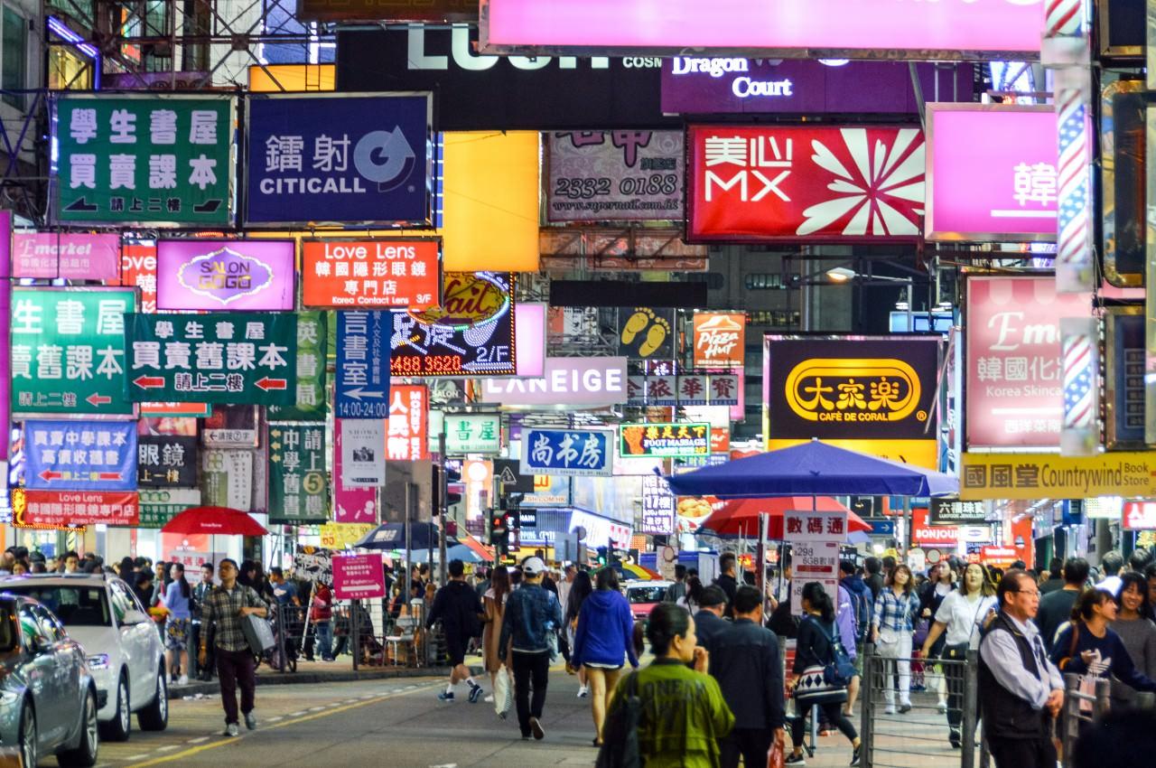 據香港本地人所述,他們從小到大的許多飲食回憶在近幾年陸續成為了絕響,取而代之的是一些中資經營的港式飲食連鎖店。(視察中國)