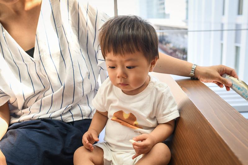 スタバ店内でおやつを食べる子どもの写真