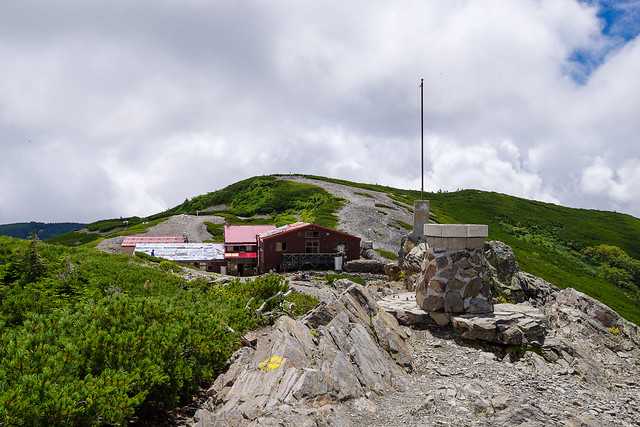 方位盤の置かれた瞑想の丘