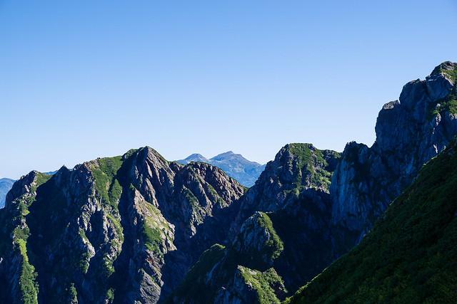 小窓尾根越と白馬岳・・・この景色を眺めながら疲れて座り込む