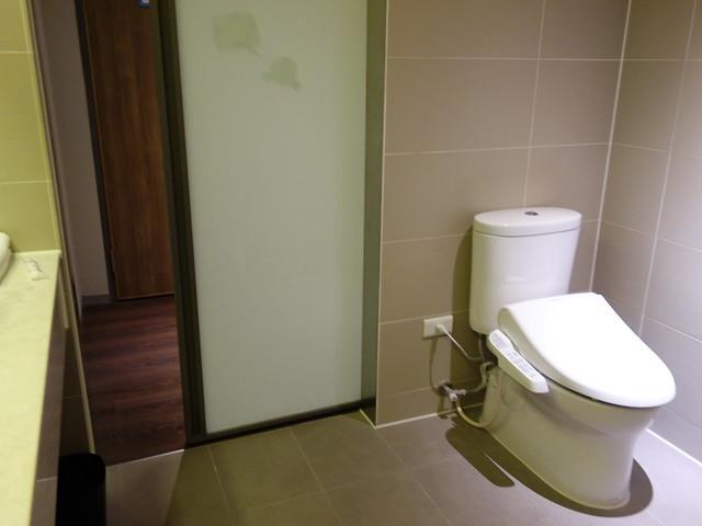 盥洗間的大門是拉門式的@捷絲旅高雄中正館HAPE主題家庭遊戲房