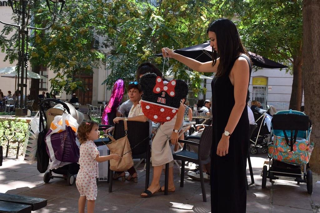 Haciendo otras cosas entre regalo y regalo. Por ejemplo: ¡la piñata!