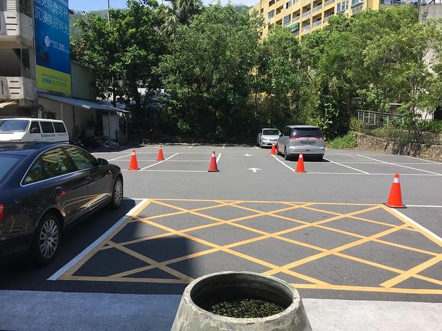 門前的露天停車場,停滿了還另有一個在附近的停車場可去@宜蘭捷絲旅礁溪館