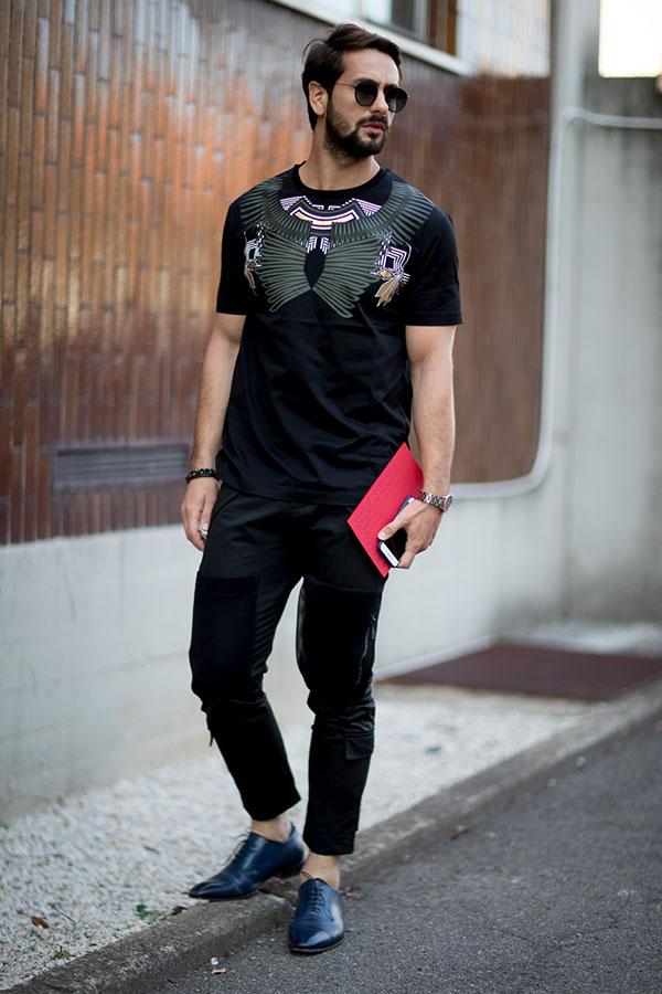 黒Tシャツ×黒パンツ×黒オックスフォードシューズ