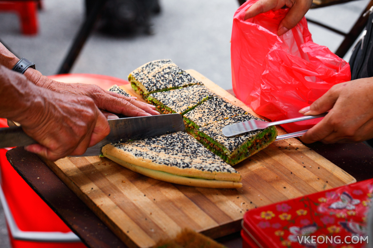 Slicing Apam Balik Pancake