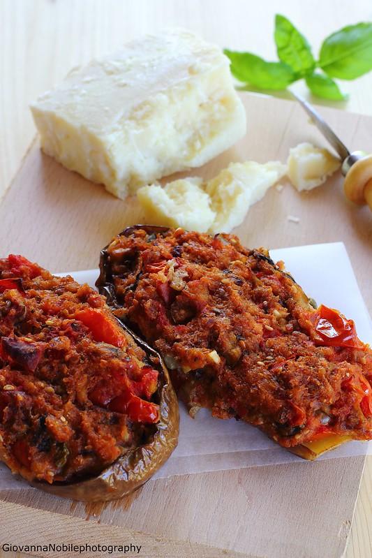 Melanzane farcite con pomodori, pinoli, olive e capperi