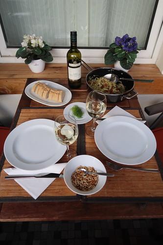 Fenchel mit Pinienkernen und getrockneten Tomaten (Tischbild)