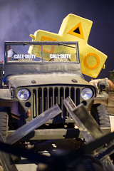 Besucher im Cosplay Outfit im Call Of Duty Auto