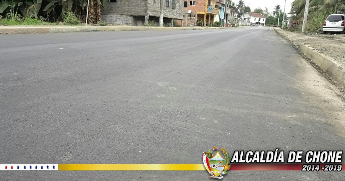 Reponen asfalto en la vía San Antonio - Chone