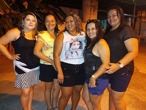 Ana Gleyse comemora aniversário ao lado de familiares e amigos