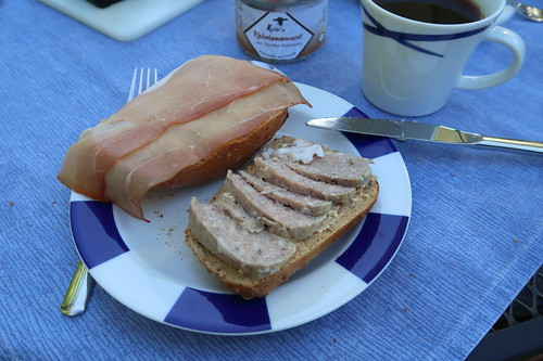Schinkenspeck und Rhönlammwurst auf Kartoffelbrötchen