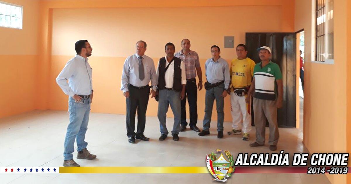 Alcalde de Chone inspecciona construcción de aulas