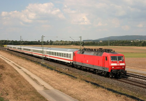 120 133 mit IC 2355 (Berlin Gesundbrunnen–München Hbf) am 10.09.2016 bei Eggolsheim