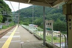 湯檜曽駅の上りホームからは、奥の山の斜面にループ線を走る列車が見える