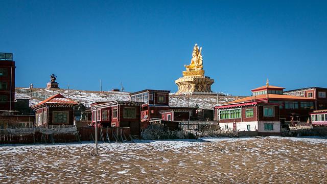 Houses and a big statue of Padmasaṃbhava, Yarchen Gar アチェンガルゴンパ 民家の向こうに見える巨大なグル・リンポチェ像