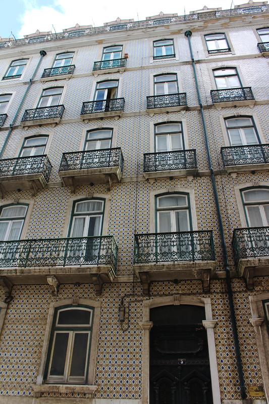 immeuble azulejos beiges