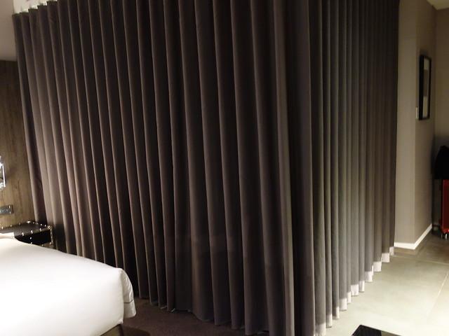 完整拉上簾子,把浴室蓋在裡頭@高雄喜達絲飯店