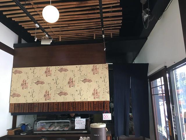 客人進出兩邊店面要從兩頭各自的門進出,廚房坐落在兩個店面之間,感覺上菜很方便XD