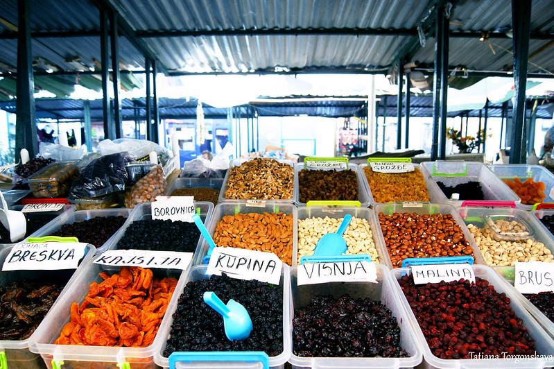 Продажа сухофруктов и орехов на херцегновском рынке