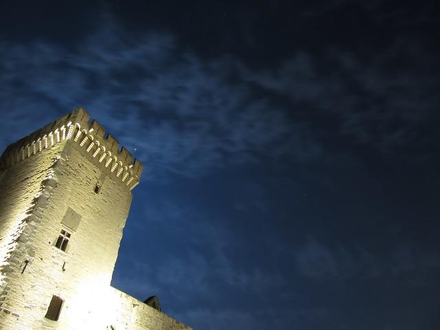 Papstpalast von Avignon bei Nacht