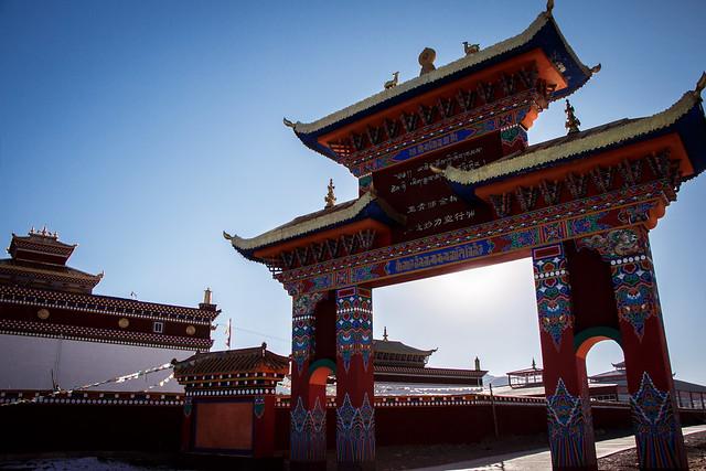 A gate in Yarchen Gar アチェンガルゴンパ内の門