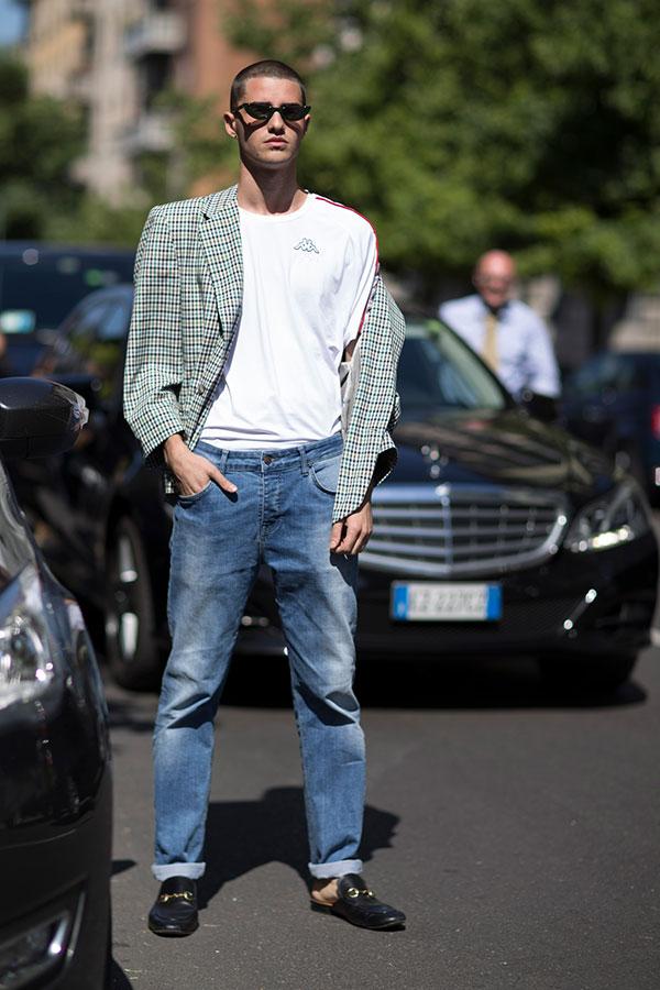 チェックテーラードジャケット×Kappa白Tシャツ×デニムパンツ×GUCCIファー付きビットローファー