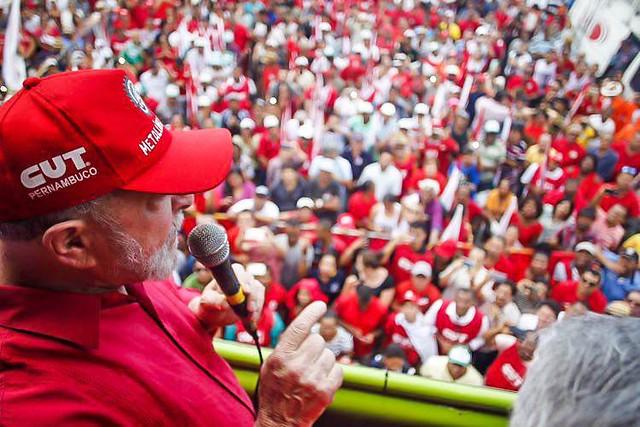 """""""Esse governo está vendendo o país como se fosse representante imobiliário"""", diz Lula"""