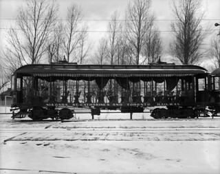 Niagara, St. Catharines and Toronto Railway, 70-passenger open streetcar, Ontario / Un tramway sans habitacle fermé de la compagnie Niagara, St Catharines and Toronto Railway, pouvant transporter 70 passagers