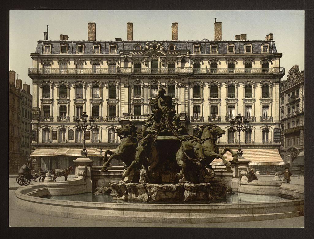 Fontaine de la place des Terreaux à Lyon en 1900.