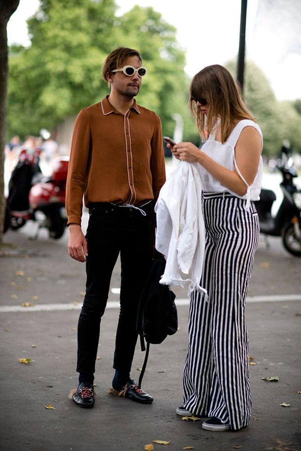 ブラウンパイピングシャツ×黒スキニーパンツ×ファー付きビットローファー黒