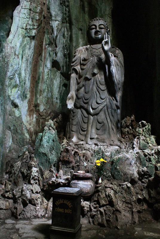 Statue de Bouddha dans l'une des grottes de la Montagne de marbre.