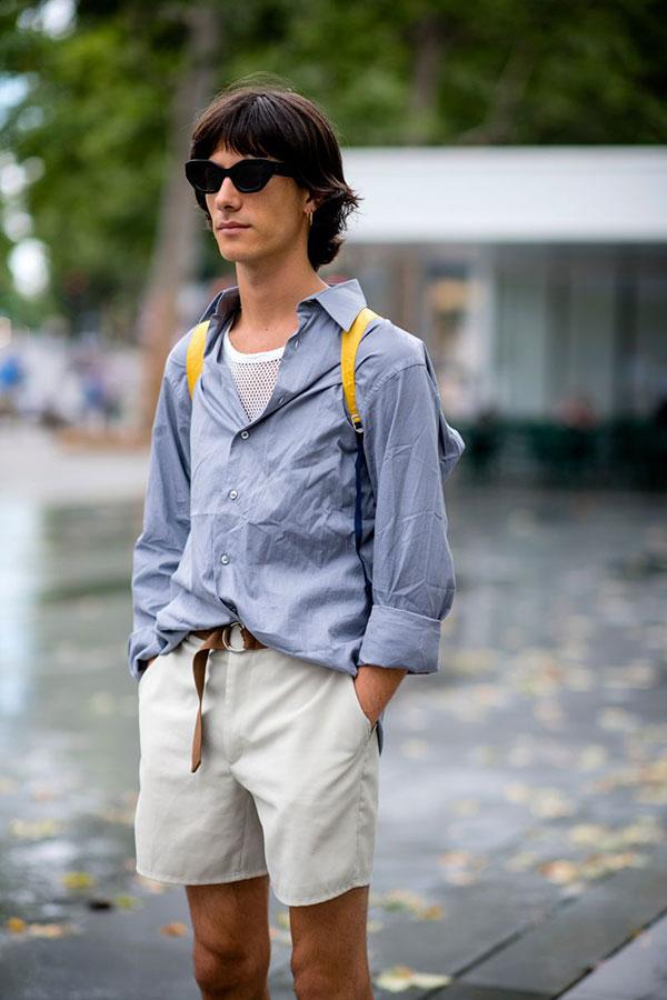 グレイッシュブルーシャツ×白メッシュTシャツ×オフホワイトショートパンツ