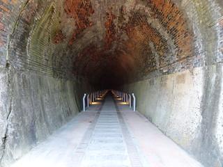 隧道內,現在有燈了!