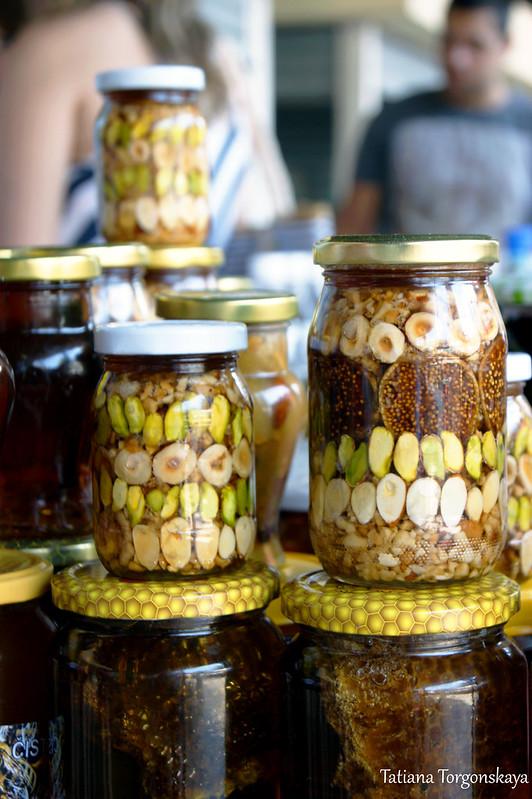 Баночки с орехами и инжиром в меду