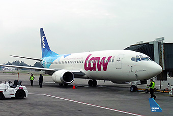 LAW B737-300 CC-ASQ gate (RD)