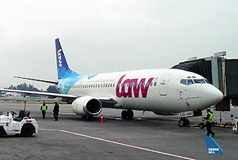 LAW B737-300 CC-ASQ gate (RD)
