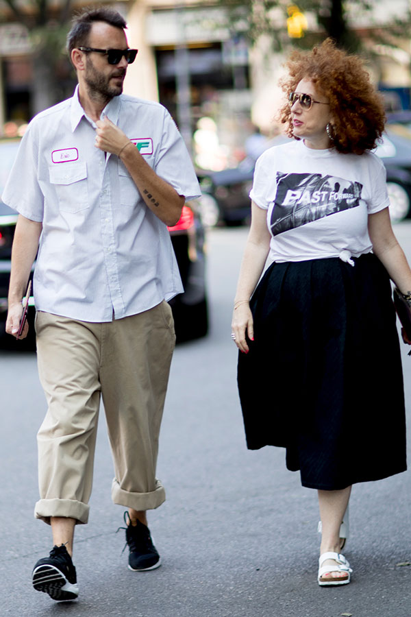 ライトグレー半袖ワークシャツ×チノパン×黒スニーカー